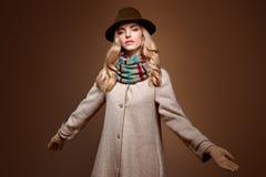 Мода падения Женщина в обмундировании осени пальто стильное Стоковое Изображение RF