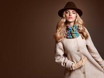 Мода падения Женщина в обмундировании осени пальто стильное Стоковые Изображения