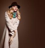 Мода падения Женщина в обмундировании осени пальто стильное Стоковая Фотография RF