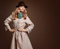 Мода падения Женщина в обмундировании осени пальто стильное Стоковые Фотографии RF