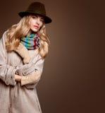 Мода падения Женщина в обмундировании осени пальто стильное Стоковое Изображение
