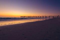 Мола пляжа Glenelg на заходе солнца Стоковые Фотографии RF