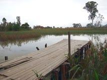 Мола рыбной ловли в пруде в Nam спела рыбацкий поселок Wai стоковые фото