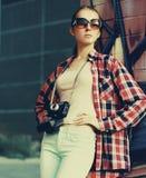 Мода улицы, стильная милая девушка битника в солнечных очках стоковые фотографии rf