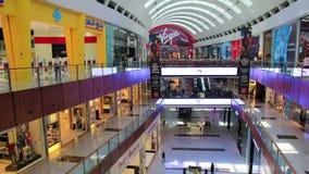 Мол Дубай from inside с покупателями, Объединенными эмиратами сток-видео