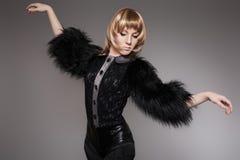 Моделируйте в одеждах способа с шерстью & кожаными краткостями Стоковые Изображения RF