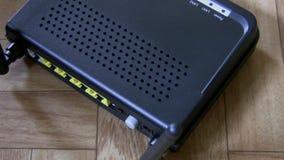 Модем, кабель затыкая взгляд сверху видеоматериал