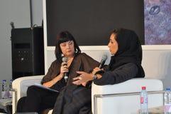 Модератор события интервьюируя арабского дизайнера - черно-белый этап и одежда стоковые фотографии rf