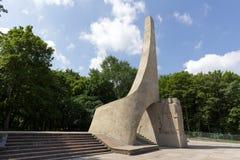 Модернистский памятник посреди растительности Стоковая Фотография