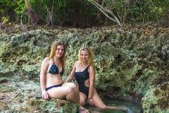 2 модели девушек в бикини стоковая фотография