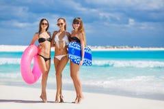 3 модели на тропическом пляже с кругом Стоковая Фотография