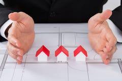 Модели дома руки архитектора защищая Стоковое фото RF