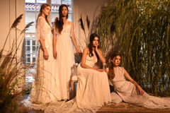 Модели представляя во время Claire Pettibone витрину собрания 4 сезонов Стоковые Изображения RF