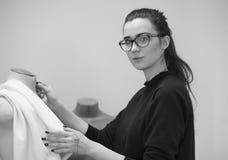 Модельер женщины на работе с манекеном Стоковые Фото