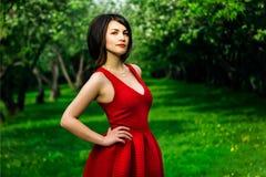 Модельная девушка в красном платье Стоковое Изображение