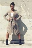 Модельная девушка, руки на бедрах Протягиванная нога Свитер шерстей стоковое фото rf