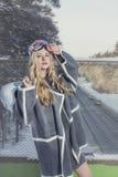 Модельная красивая женщина в модных одеждах и аксессуарах для Стоковая Фотография