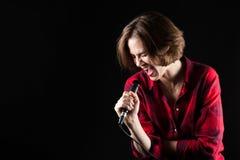 Модельная красная рубашка фланели подпоясывая вне Vocals Стоковые Фото