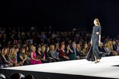 Модельная прогулка на подиуме во время выставки Valentin Yudashkin Стоковые Фотографии RF