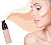 Модельная сторона красивой женщины с учреждением на коже стоковые изображения rf