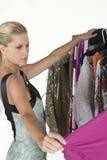 Модельное выбирая платье Стоковое Изображение RF