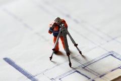 Модельное здание рабочий-строителя планирует b стоковые изображения rf