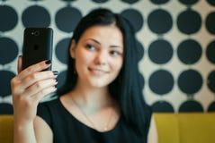 Модельной 20s постаретое девушкой делая фото selfie стоковое фото