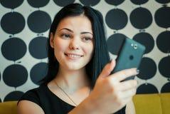 Модельной 20s постаретое девушкой делая фото selfie стоковое изображение rf