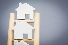 Модельные дома на рангах деревянной лестницы свойства Стоковое Изображение RF