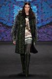 Модельные прогулки Vittoria Ceretti взлётно-посадочная дорожка на модном параде Анны Sui во время падения 2015 MBFW Стоковое Фото