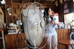Модельный вентилятор и somelady Стоковое Изображение