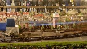 Модельный городок масштаба с железной дорогой игрушки на времени рынка Xmas, Stuttgar Стоковые Изображения RF