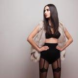 Модельный нося жилет меха и черное женское бельё Стоковая Фотография RF