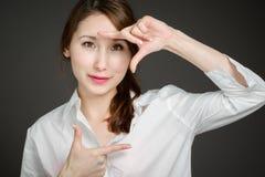 Модельный обрамлять с пальцами стоковое изображение rf