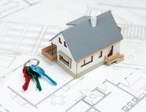 Модельный дом и ключи на верхних архитектурноакустических планах Стоковые Изображения
