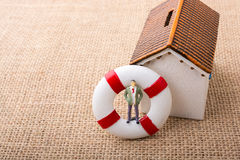 Модельный дом и спасательный жилет с человеком вычисляют Стоковые Фото