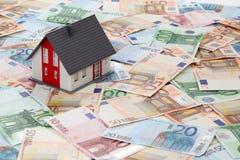 Модельный дом на банкнотах евро Стоковые Фотографии RF