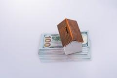 Модельный дом помещенный на американских банкнотах доллара Стоковая Фотография