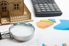 Модельный дом, план строительства для жилищного строительства, компаса лупы Калькулятор имущество принципиальной схемы реальное В Стоковая Фотография RF