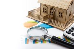 Модельный дом, план строительства для жилищного строительства, компаса лупы Калькулятор имущество принципиальной схемы реальное В Стоковое фото RF