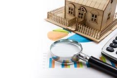 Модельный дом, план строительства для жилищного строительства, компаса лупы Калькулятор имущество принципиальной схемы реальное В Стоковое Изображение RF