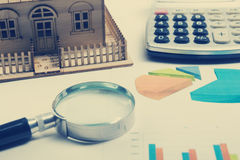 Модельный дом, план строительства для жилищного строительства, компаса лупы Калькулятор имущество принципиальной схемы реальное В Стоковые Фото