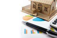 Модельный дом, план строительства для жилищного строительства, компаса лупы Калькулятор имущество принципиальной схемы реальное В Стоковая Фотография