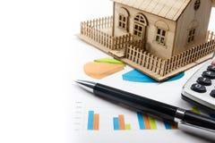 Модельный дом, план строительства для строить, лупа, разметочный циркуль Калькулятор имущество принципиальной схемы реальное top Стоковые Фотографии RF