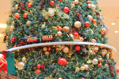 Модельный поезд делая свой путь вокруг рождественской елки Стоковое Изображение RF