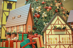 Модельный поезд делая свой путь вокруг рождественской елки Стоковое Фото