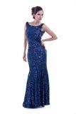 Модельный представлять в длинном шикарном платье стоковое фото