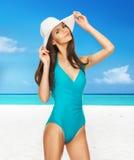 Модельный представлять в купальнике с шляпой Стоковые Фото
