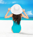 Модельный представлять в купальнике с шляпой Стоковая Фотография