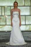 Модельный представлять на всходах lookbook RIVINI во время собрания падения 2015 Bridal Стоковое Изображение RF